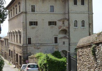 Amelia, crollano coppi da Palazzo Farrattini: Chiusa la strada