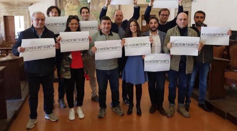 Narni, il Consiglio comunale contro la chiusura al centro dell'ex Carit: Cartelli e hashtag per dire no